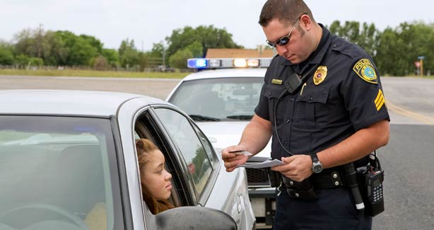 20100401_police-ticketing-driver_614mz
